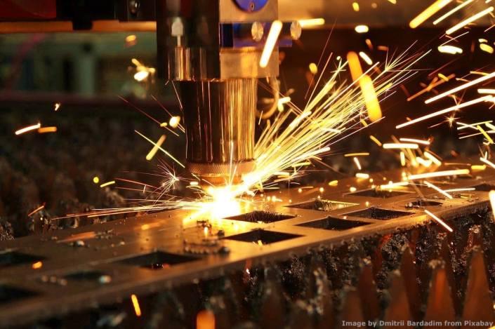 Il fulcro di una fabbrica e' ancora costituito dalle macchine come questa taglio al plasma. Non si fa produzione con smartphone e quant'altro